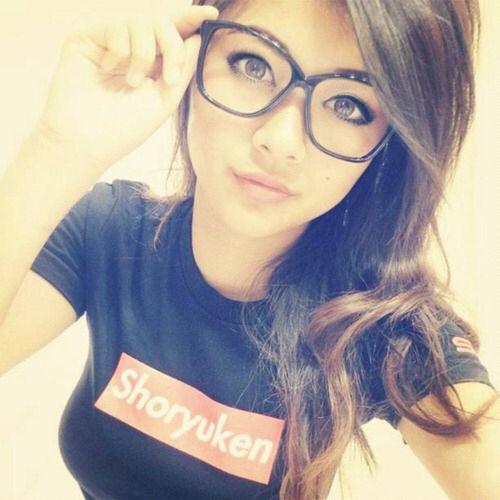 Ungezogene nerdy Mädchen