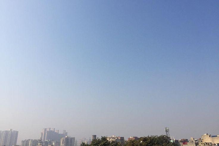インドの朝 大気汚染による空のグラデーション 向こうは靄自分の上は青 降下する飛行機ではいつまでたっても雲を抜けなくて あれーと思っている間に着陸 それくらい結構煙に巻かれている いつかのネパールよりマシ 今日もインドのごはんがうまい . . #india #life #scenery #sky #travel #インド #インド暮らし #空 #暮らし #旅