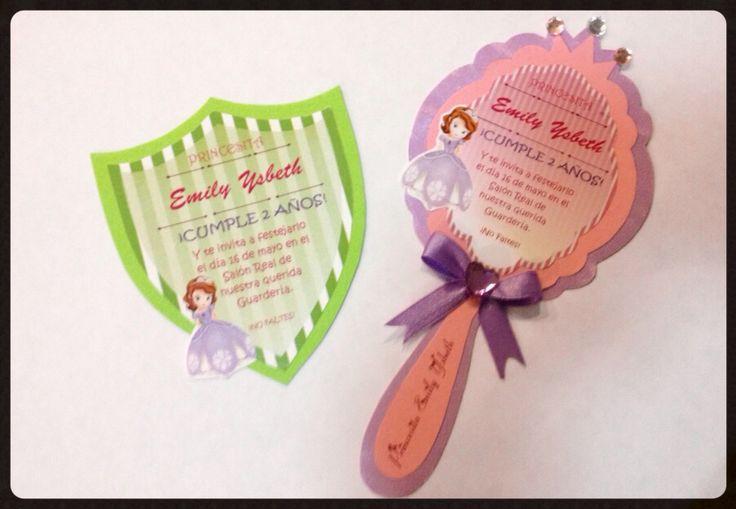 Tarjeta de invitación a cumpleaños de Emily, espejo para niñas y escudo para niños Tarjetas