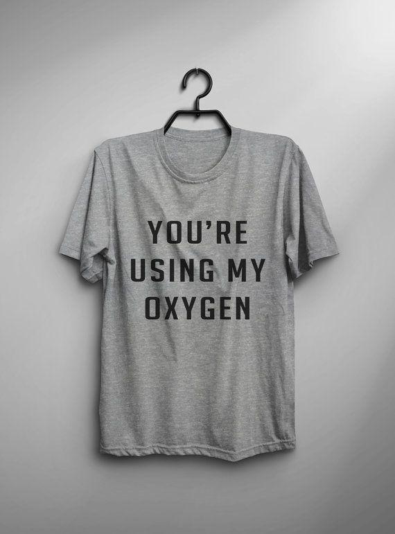 Deze dat bent u met behulp van mijn zuurstof T-shirt design wordt afgedrukt op unisex casual fit die t-shirt vermengd met katoen en polyester die je een ultra zacht gevoel, ademend en lichtgewicht kledingstuk geeft.  Kleur stof Zwart: Hoge kwaliteit 100% katoen T-shirt Grijs: 60% / 40% Cotton / Poly-Blended stof Wit: 60% / 40% Cotton / Poly-Blended stof  Print materiaal Zwart: Hoge kwaliteit witte kleuren textiel warmte overdracht vinyl Grijs met witte tekst: hoge kwaliteit witte kleuren…