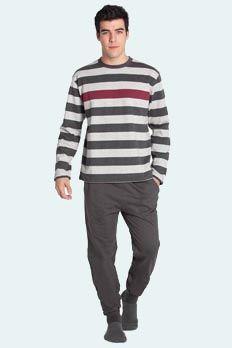 conjunto largo 100% algodón con felpa por la parte interior. Camiseta a rayas anchas en tonos grises y una raya ancha posicionada a la altura del pecho. Pantalón largo color gris marengo con bolsillos.
