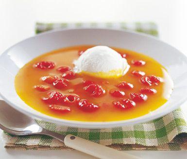En smarrig och krämig efterrätt. Servera apelsin- och saffranssoppan med hallon ljummen eller kall tillsammans med en stor klick vaniljglass och njut!