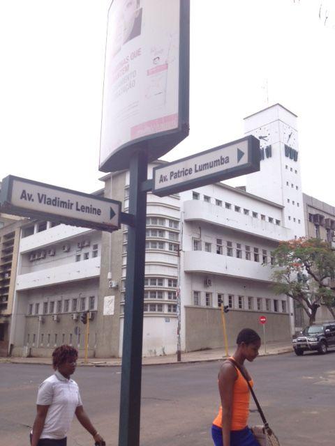Esquina entre la Lenine y la Patrice Lumumba. ¿Cuál es la verdadera hora de Maputo?
