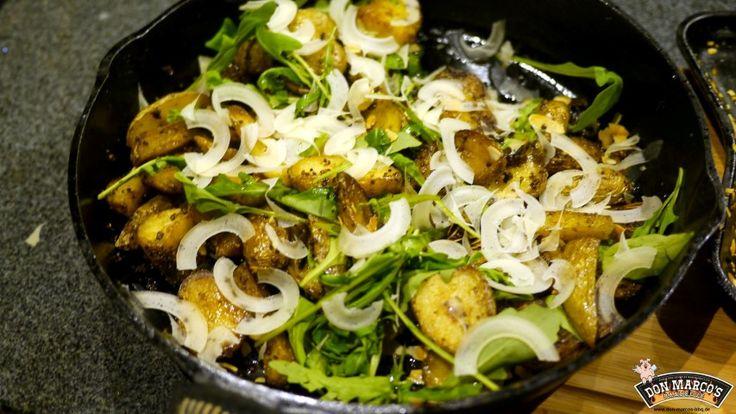 Mediterrane Grillkartoffeln mit Rucola und Mandeln Zubereitung :  Große vorwiegend festkochende Kartoffeln in Salzwasser mit einem Schuss Rotwein Essig kochen und abkühlen lassen ( evtl. am Vortag )    Kartoffeln in große Würfel oder Wedges schneiden, etwas Öl, Salz und Don Marco's Potato dazu und in der Gusspfanne auf dem Grill goldbraun braten.  Währenddessen Mandelscheiben rösten, am