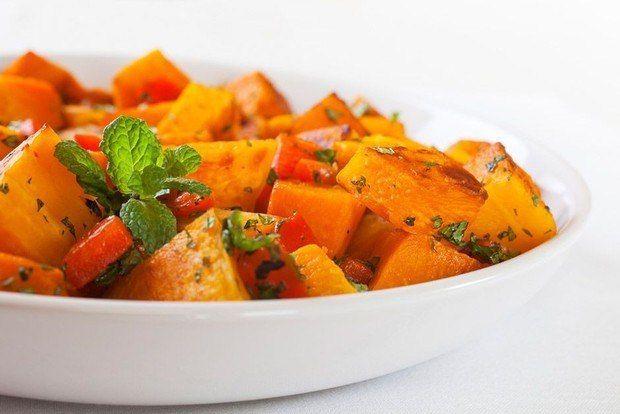 🔹 5 легких овощных салатиков для тонкой талии и прекрасного самочувствия🔹  1. Салатик из тыквы для стройных и красивых На 100г-63ккал  Ингредиенты: • Тыква 600 г • Яблоки 4-5 шт. • Лимон 1 шт. • Мед 1 ст. л. • Орехи грецкие молотые 3 ст. л. • Морковь 1-2 шт. • Зелень по вкусу  Приготовление: Грецкие орехи почистить. Тыкву и морковь очистить и помыть. Морковь нарезать соломкой. А тыкву натереть на крупной терке. Лимонный сок отжать в отдельную емкость. С лимона срезать цедру и нашинковать…