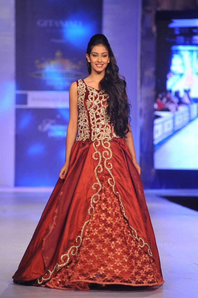 Miss India Navneet Kaur Dhillon walking the ramp at the Rajasthan Fashion Week 2013 in Jaipur  1