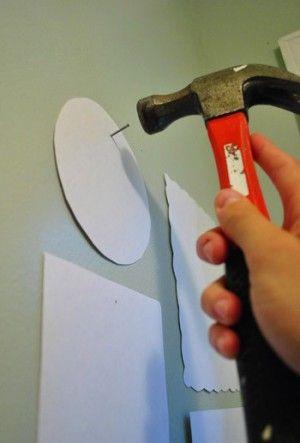 Hoe hang je je schilderijen. Template maken van je schilderijen die op de muur plakken met beetje plakband,zodat je weet hoe alles moet hangen. Spijkers o.d. in de muur slaan,templates weg halen en schilderij er voor in de plaats.