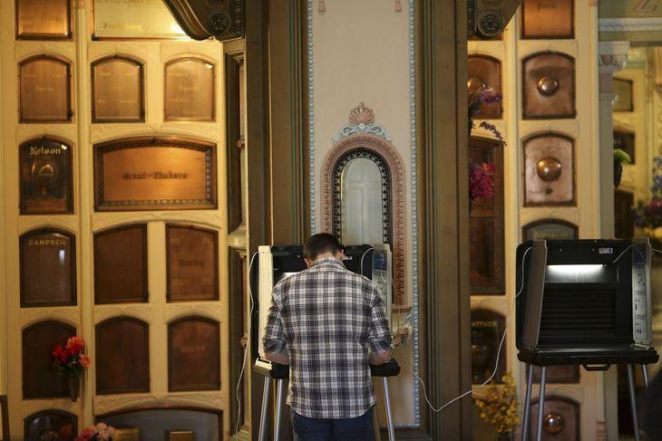 REUTERS/ROBERT GALBRAITH : Bureau de vote dans un colombarium à San Francisco.
