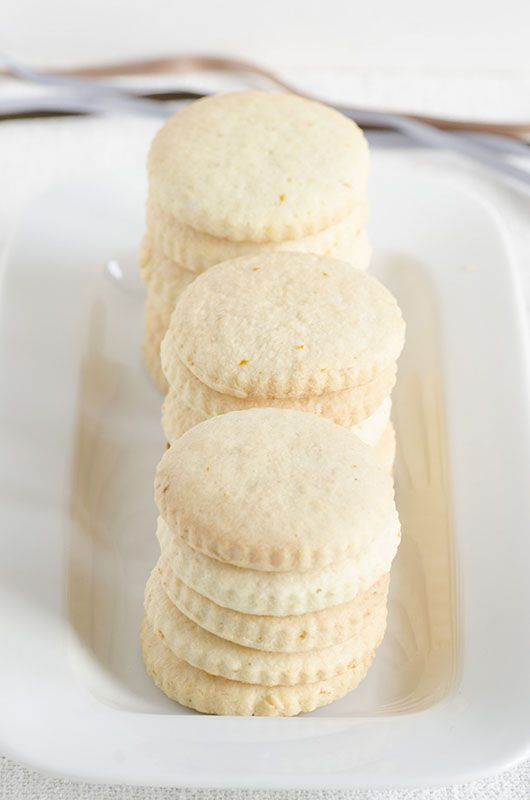 Biscotti molto semplici e leggeri,aromatizzati con vaniglia e scorze di agrumi ... durano a lungo in scatola di latta.