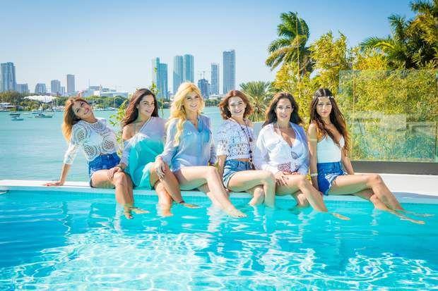 Voici les filles de l'aventure qui profitent de la piscine !