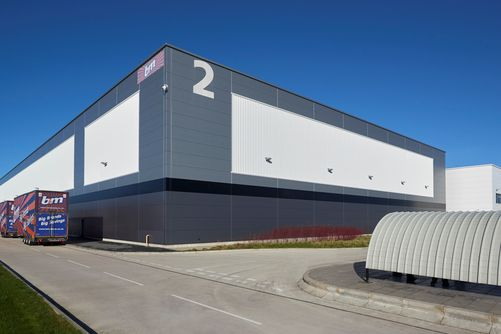 A 500,000ft2 distribution facility at Liverpool International Business Park in Speke was constructed for discount retailer B&M Retail, to supply its fast growing network of 400 high street and out-of-town stores across the UK.