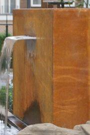 Vijvermuur van cortenstaal, voorzien van RVS waterloop. Deze wanden zijn in iedere maat te verkrijgen.
