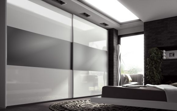 Mobiliario de almacenaje. Armario minimalista empotrado de PVC policromado (blanco-gris), ubicado en las Habitaciones Junior Suites.