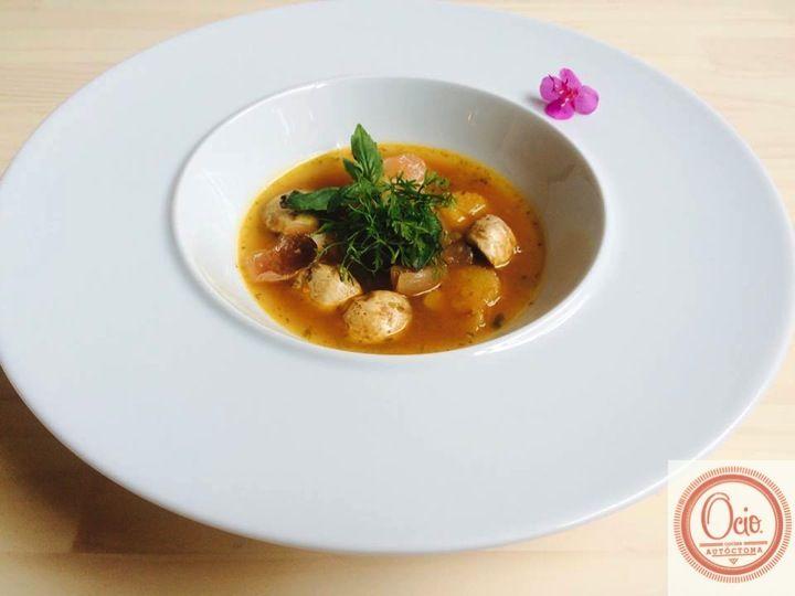 Sopa agridulce de vegetales, hongos y piña