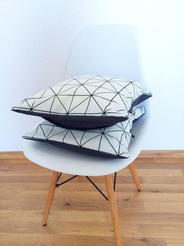 Kissen In Schwarz Weiss Mit Geometrischem Muster Fr Deine Wohndeko Black And White Pillow