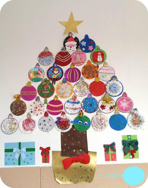 árbol de navidad con bolas decoradas por niños
