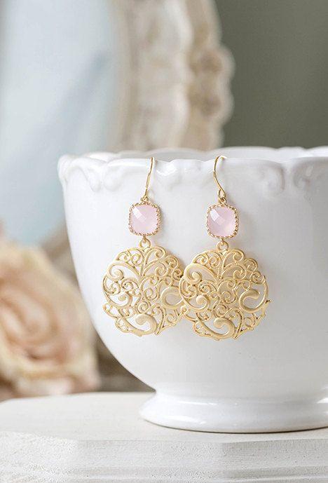 Fard à joues rose verre et filigrane or boucle doreille. Bijoux de mariage rose. Les boucles doreilles de demoiselle dhonneur. Ces boucles doreilles