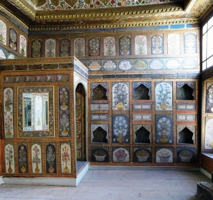 Fruit Room, is the small but very colorful Privy Chamber of Ahmed III (III. Ahmed Has Odası) with walls painted with panels of floral designs and bowls of fruit and with an intricate tiles fireplace. This room is therefore also known as the Fruit Room (Yemis Odası) and was probably used for dining purposes.