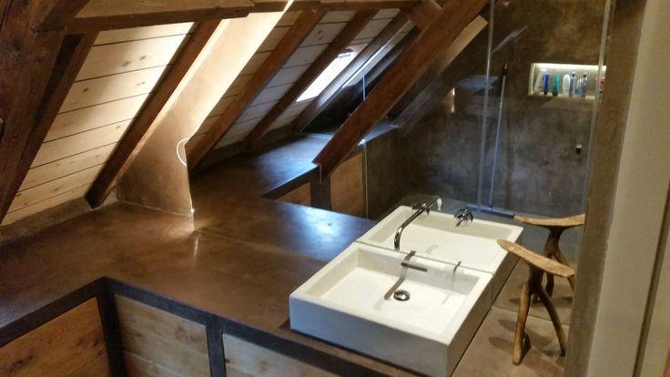 Handgemaakte wasbak en maatwerk meubel. Gestuuct  met Mortex en Tip on lades voorzien van oude eiken vloerdelen als fronts. Ontwerp: Tony Burki Dutch Concreations