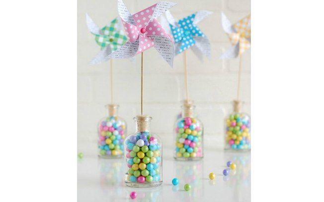 Faça cataventos para os centros de mesa e os coloque em potes de vidro com doces coloridos. Fica lindo e delicado. De NoBiggie.net. Foto: Pinterest/My Pinteresting Life