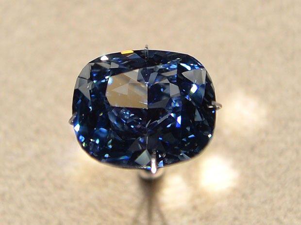 Diamante 'Blue Moon' é leiloado pelo recorde de US$ 48,4 milhões Comprador de Hong Kong adquiriu pedra preciosa de 12,03 quilates. Joia tem a maior gradação de cor possível nos diamantes azuis.
