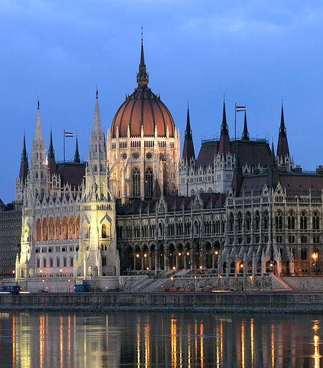 Országház. A Budapest egyik legismertebb középületének számító, Steindl Imre által tervezett épület egyike a világ száz csodájának, egyúttal az ország legnépszerűbb turisztikai látnivalója, illetve jelképe az utazók szemében. A historizáló eklektika jegyeit tükröző, barokk hatású, de részleteiben neogótikus parlamentet 1885 és 1904 között építették fel.