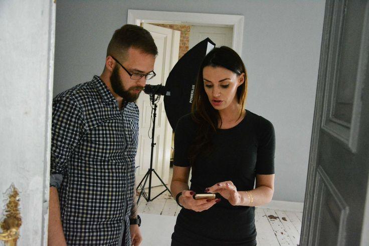kulisy sesji zdjęciowej. Specjalistka od makijażu ustala szczegóły z fotografem.
