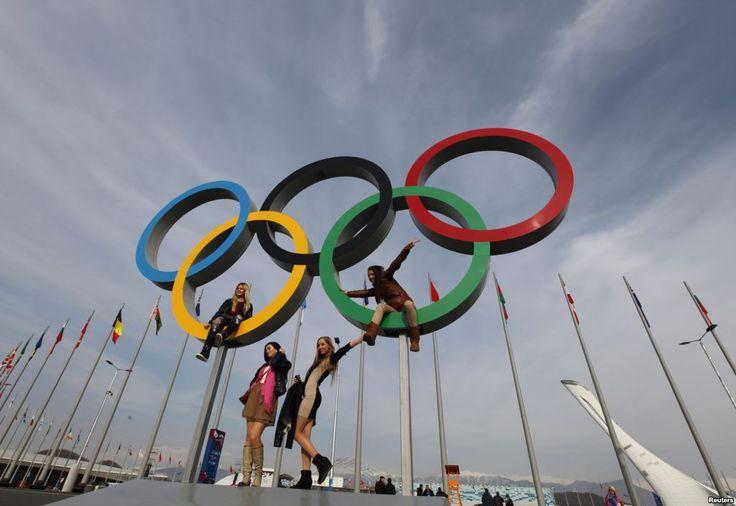 Pengunjung berpose di depan cincin Olimpiade di Olympic Park sehari setelah upacara penutupan Olimpiade Musim Dingin Sochi 2014, Rusia.