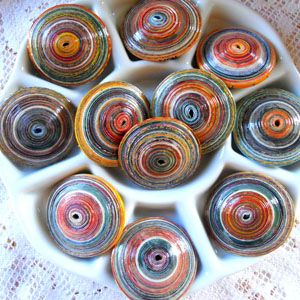 How to make saucer shaped paper beads: Beads Crafts, Large Rolls, Paper Buttons, Saucer Beads, Saucer Shapes, Shapes Paper, Large Beads Tutorials, Buttons Beads, Paper Beads