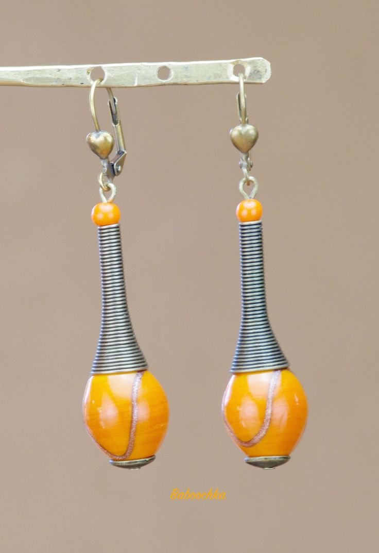 """Boucles d'oreilles bronze """" Leen"""" en perles de céramique orangées ornées d'un motif doré : Boucles d'oreille par baboochka"""