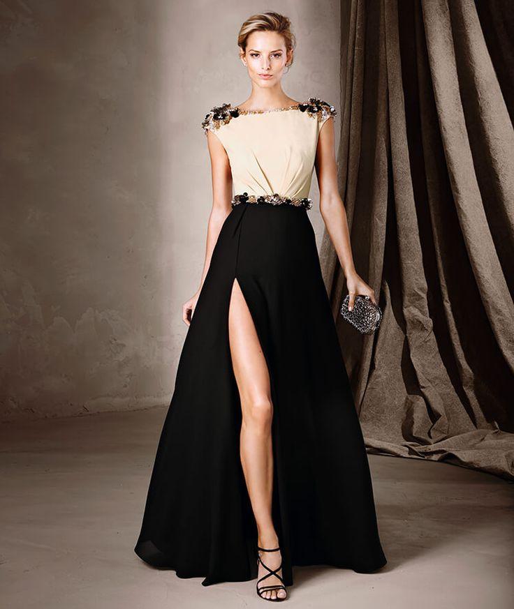 Vestido largo bicolor con una sugerente apertura frontal en la falda y detalles de pedrería en los hombros y el cinturón.#SS2016 Pronovias fiesta.