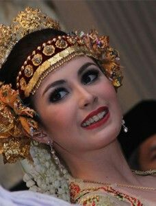 Arumi Bachsin looks very gorgeous with this Palembang bridal dress.  She is the most beautiful woman of all.