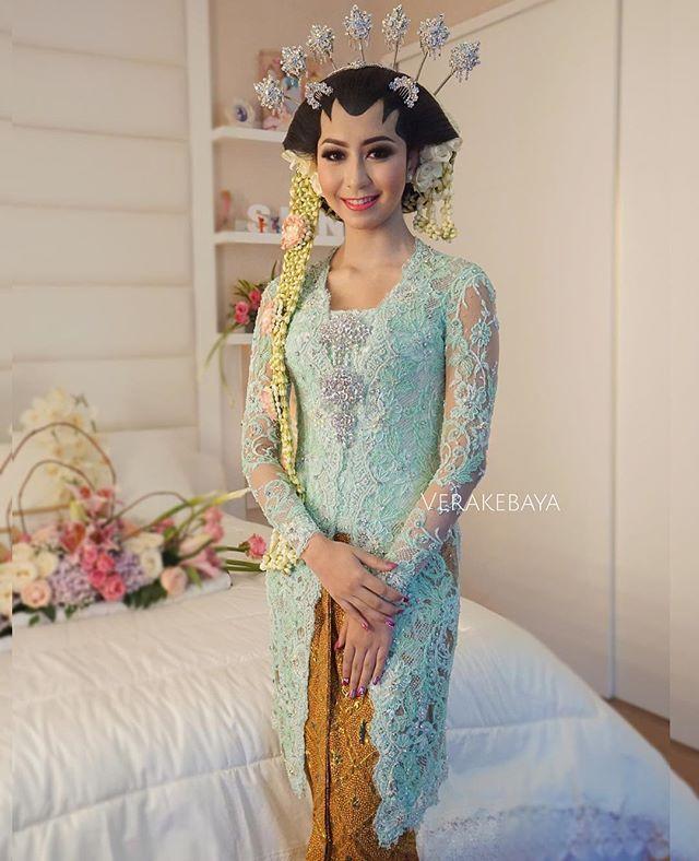 #kebaya #batik #jawa  @shnfebriany ...#akadnikah  Makeup : @adiadrian_ds  Adat : ibu Ning @sanggarrias_nabila  Kebaya by Me  _ _ _ #pengantin #perkawinan #weddingday #weddinggown #weddingdress #lace #beads #swarovski