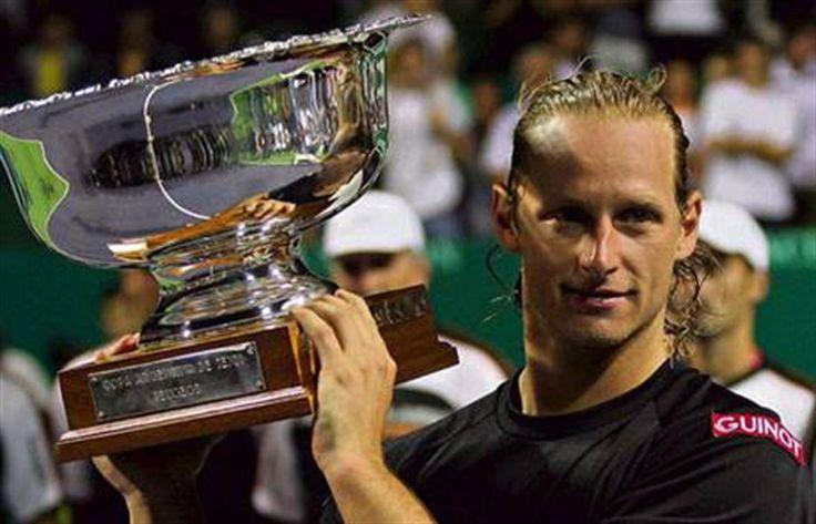 Nalbandian y el cierre ideal  David Nalbandian levanta el trofeo en el Buenos Aires Lawn Tennis Club