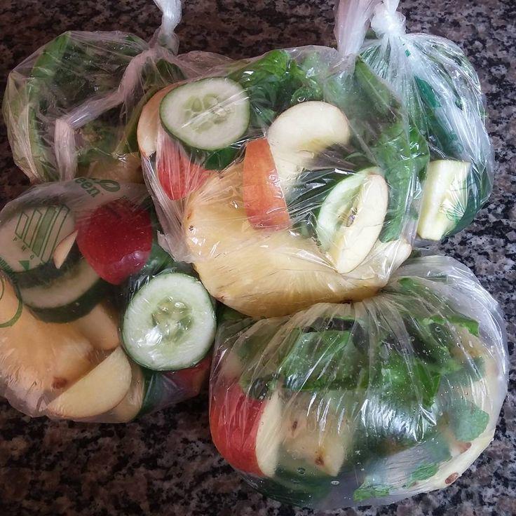 Suco Verde pronto para congelar : ✔01 rodela de abacaxi ✔pepino ✔01maçã ✔gengibre ✔hortelã ✔couve  Se preferir adicione limão na hora que for bater o suco
