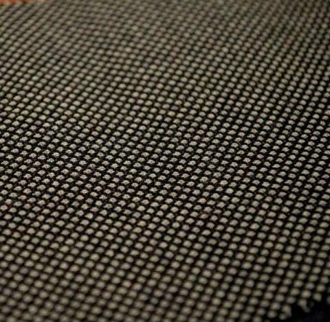 バーズアイ  鳥の目のように小さく白い斑点に、黒のドットを配した織物のこと。黒、紺、茶、青、褐色などの地色を用い、鳥目織りとも呼ばれる。織物のバーズアイは主にメンズスーツに用いられるクラシカルな素材の一つ。カットソー素材のバーズアイは鹿の子の様な表情の為、ポロシャツやニットシャツに用いられる。ニットのバーズアイは鹿の子編み変形組織で表現され、ハイゲージからローゲージまで幅広く応用されている。  #アパレル #ファッション #ファッション用語 #wiki #生地 #織物 #織布 #マテリアル #テキスタイル #apparel #fashion #material #textile #fabric #woven