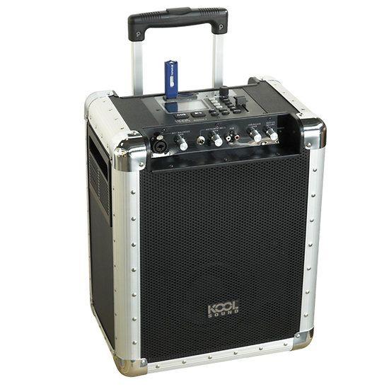 Enceinte Flight case amplifiée d'une puissance totale de 100 W ! La sono portable Kool Sound est équipée de 2 haut-parleurs de 16 cm large bande, d'un lecteur SD, 1 port USB... Possibilité d'adapter cette sonorisation portable à un autre ampli ou même sur une enceinte externe. Compact et mobile le Rooky fonctionne par batterie rechargeable ou sur secteur. Parfait pour vos événements musicaux !