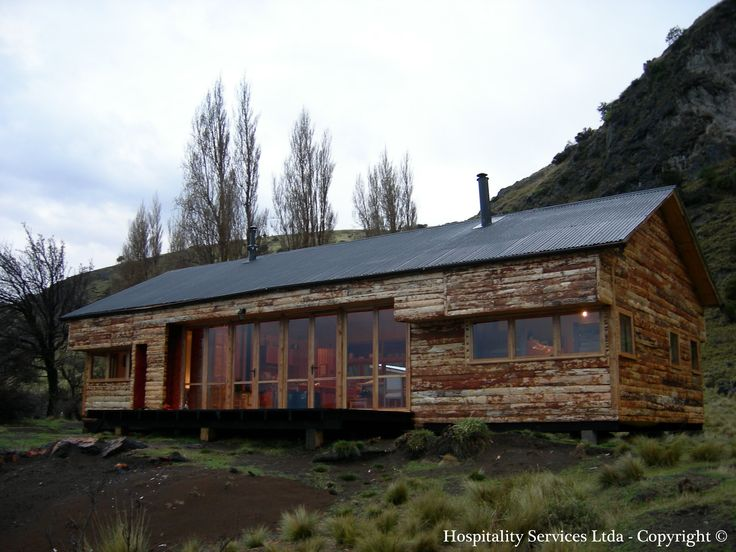 Photo: Hospitality Services Ltda - Copyright © The cabin seen from the front. It follows the typical design of Patagonian houses.