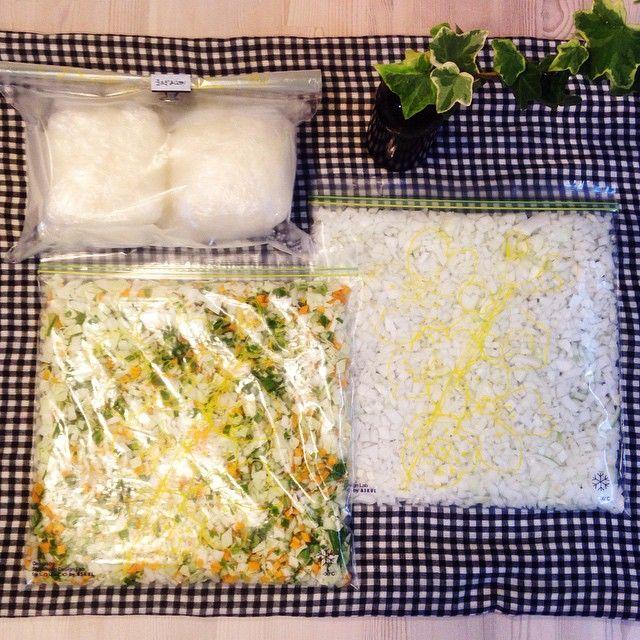#冷凍 #余り野菜 玉ねぎみじん切り冷凍にコメント頂いたので……我が家の『冷凍炒飯の素』の話。 野菜は鮮度よ😭✨と言う方、興味ない方はごめんなさい💦 玉ねぎには疲労回復夏バテ解消栄養たっぷり。 みじん切り後、生のまま一回分ずつ冷凍して、レンジで少し解凍してほぐし、このまま料理に利用して時短に。 他にもジップロックに平らに冷凍して、 冷凍したジップロックのままほぐし、要る分だけ料理に使用も◎ また、人参やピーマン、キャベツ、玉ねぎなど、冷凍可能な余り野菜は全部みじん切り、 ジップロックに平らに冷凍。 我が家『冷凍炒飯の素』と呼んでます💨🙌 お昼の炒飯やオムライスの具材に。 スープに入れたり、ドライカレーの具にしたり等。 みじん切り面倒ならFPでガー!っと細かくしてもいいし、 悪くなる前に、『冷凍炒飯の素』に変身させておくのは助かります🙇
