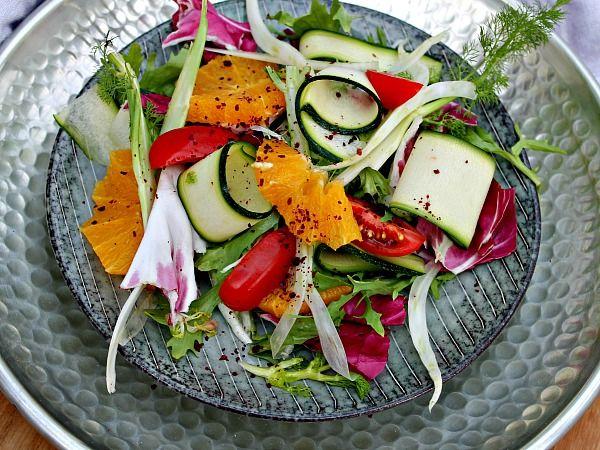 salat med appelsin,fenikel og courgetter