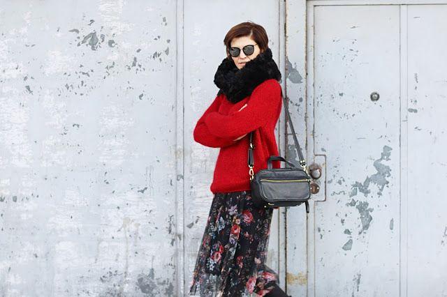 blog, blog modowy, trendy, zwiewna spodnica na zime, sweter, czerwony sweter, blog po 30, moda 40, moda 30, porady stylistki, spodnica w wkiaty, blog moodyw, blogerka, kobieca stylizacja,