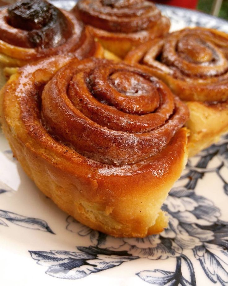 Cinnamon Roll / Tarçınlı Rulo / シナモンロール Cinnamon roll recipe's origin is from Sweden.Every year , 4th of October is ' kanelbullar day ' in Sweden, all of the Sweden legations in the World and Finland. / Tarçınlı rulo tarifinin kökeni İsveç'e...