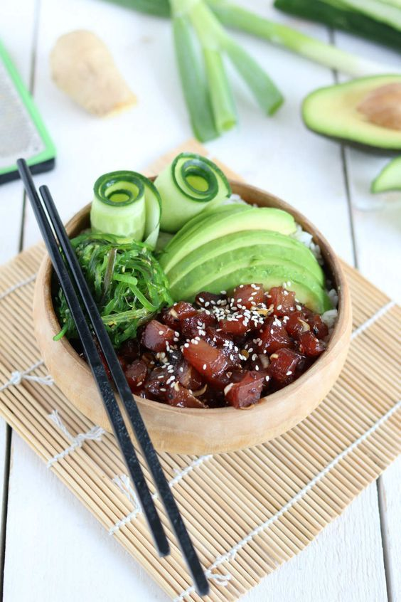 Poké met tonijn, avocado en zeewier. De marinade is goddelijk. Een must try! #poké #bowls