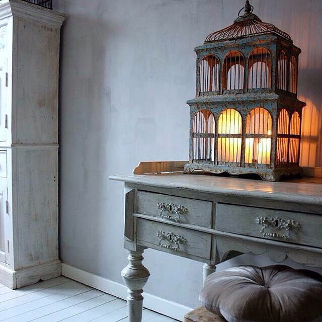 Skrivbordshörnan har fått sig en liten fågelbur . Arbetsplats , skrivbord , inredning , interior , skåp , DIY Www.usoinredare.blogg.se