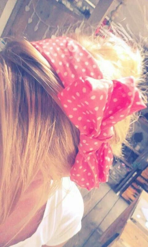 My daughter today! Let the sunshine begin..  she look so nice with this colorfull hair band. Leeuw-design.