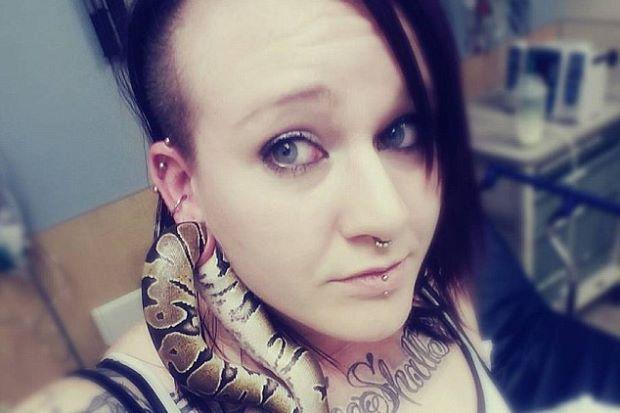 Bilik kecemasan hospital gempar ular sawa tersangkut pada lubang tindik telinga tuannya   BILIK kecemasan sebuah hospital di Portland Oregon gempar apabila seekor ular sawa tersekat pada lubang tindik telinga tuannya.  Sebaik tiba di hospital doktor terpaksa memberi suntikan kebas pada telinga Ashley Glawe.  Bilik kecemasan hospital gempar ular sawa tersangkut pada lubang tindik telinga tuannya  Lubang pada telinga gadis itu kemudiannya ditarik perlahan-lahan untuk memberi ruang supaya ular…
