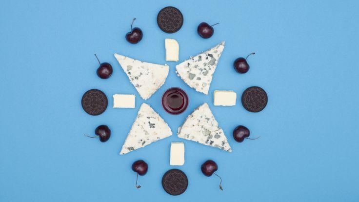 Oreo's met Roquefortvulling en warme kersen #OreoSnackHackNL #RoquefOreo Ingrediënten: Een pakje Oreo-koekjes Een blok Roquefort 200 gr kersen Een glaasje bessenlikeur Een klontje gezouten roomboter  Bereiden: 1. Neem een scherp mesje en haal hiermee de witte tussenlaag uit de Oreo's. De bruine cacaolaagjes leg je even apart. 2.Doe de Roquefort in de blender of keukenmachine en blend de kaas tot een gladde crème. Deze crème doe je vervolgens in een spuitzak. 3.Spuit de Roquefortcrème…