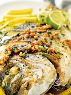 Un modo insolito per gustare uno dei pesci più buoni del Mediterraneo. Con l'Orata profumata alle mandorle servirete tutto il profumo della brezza marina. #orataallemandorle