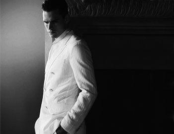 Ο playboy σε ταξίδι στην Κένυα. Φορώντας λευκά λινά επηρεασμένα απότο αποικιακό στιλ. Κινηματογραφική αίσθηση στη fashion φωτογράφησητου Guy Robinson για το editorial GQ Britain.