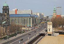 Die Karl-Liebknecht-Straße ist eine zentrale Hauptverkehrsstraße in Berlin-Mitte. Die mehr als 1,2 Kilometer lange und von Südwest nach Nordost verlaufende Straße verbindet Unter den Linden mit der Prenzlauer Allee.